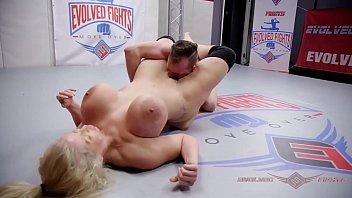 बड़े स्तन पोर्न स्टार के साथ कुश्ती