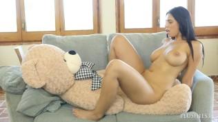 आलीशान खिलौना टेडी बियर कार्लोस के साथ कट्टर सेक्स में बड़े स्तन