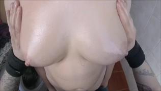 किशोर स्तन तेल से सना हुआ
