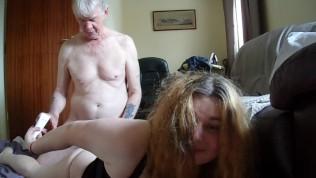 पुराने पिताजी एक वेब कैमरा पर पीछे से युवा लड़की बकवास