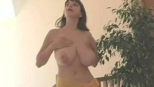 बड़े स्तन के साथ रूसी गर्म लड़की
