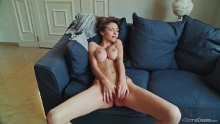 सेक्सी लड़की के बड़े बड़े बूब्स हैं